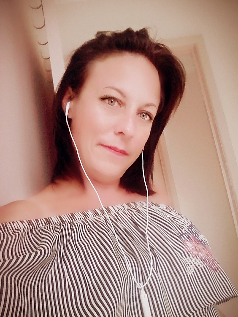 Living in Brisbane, Karen, 40. Local and looking for sex